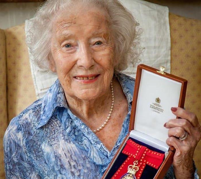 30 foto especial - Una centenaria Vera Lynn se estrena con nuevo disco