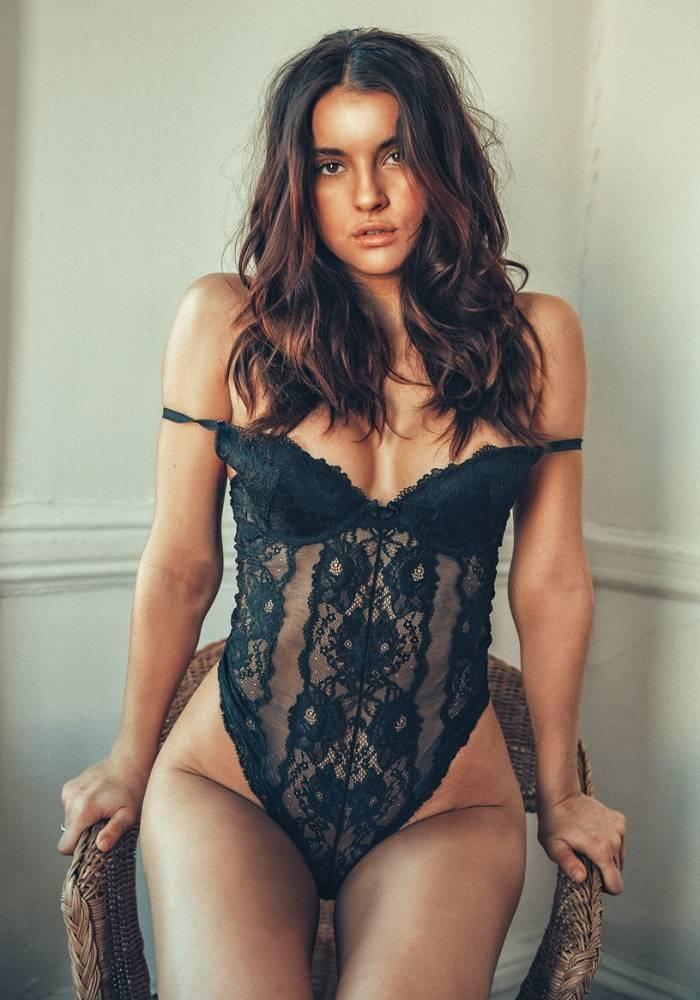 Amanda Riley de momento, se desnuda 1