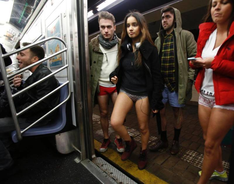 NO PANTS SUBWAY RIDE6 - NO PANTS SUBWAY RIDE: Enseñando chicha con mucho humor