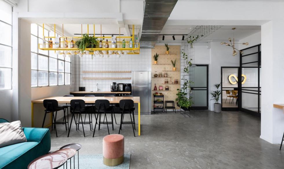 arquitectura industrial moderna: wizz air se mudan a un edificio viejo 5