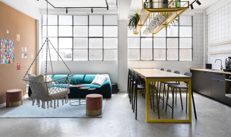 arquitectura industrial moderna: wizz air se mudan a un edificio viejo 3