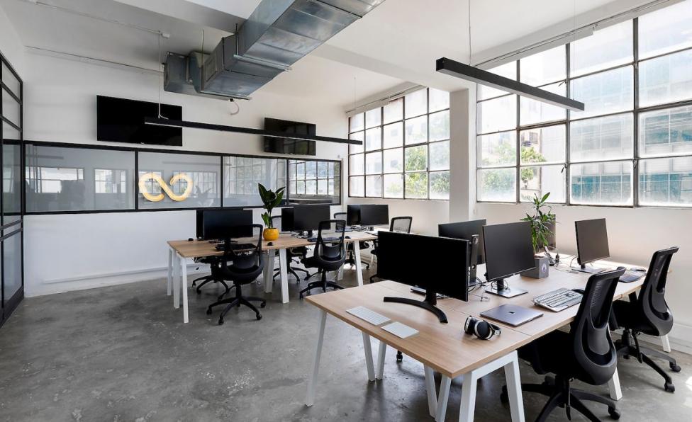 arquitectura industrial moderna: wizz air se mudan a un edificio viejo 2