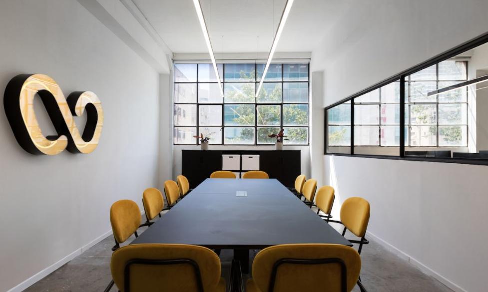 arquitectura industrial moderna: wizz air se mudan a un edificio viejo 1
