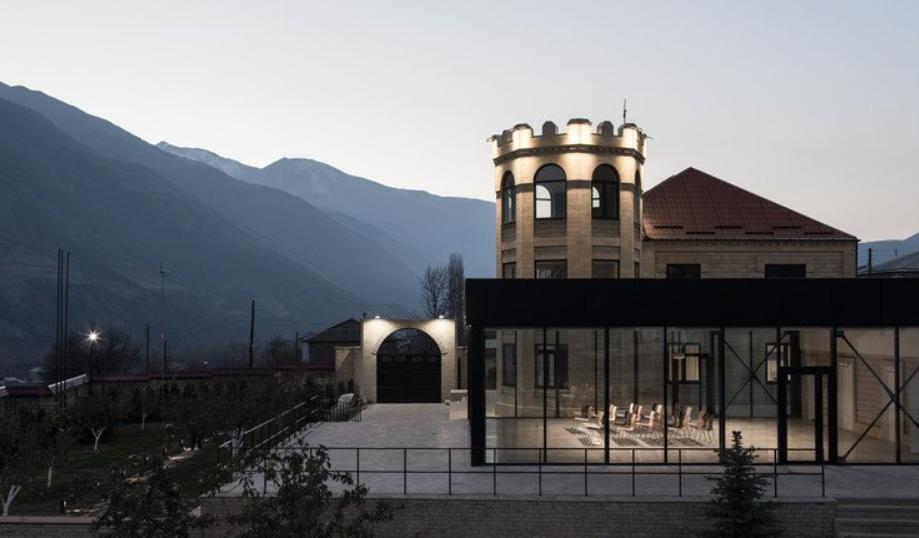 Un centro de inspiración para los peques es la Luminaria deKhryug, distrito de Akhtyn 3