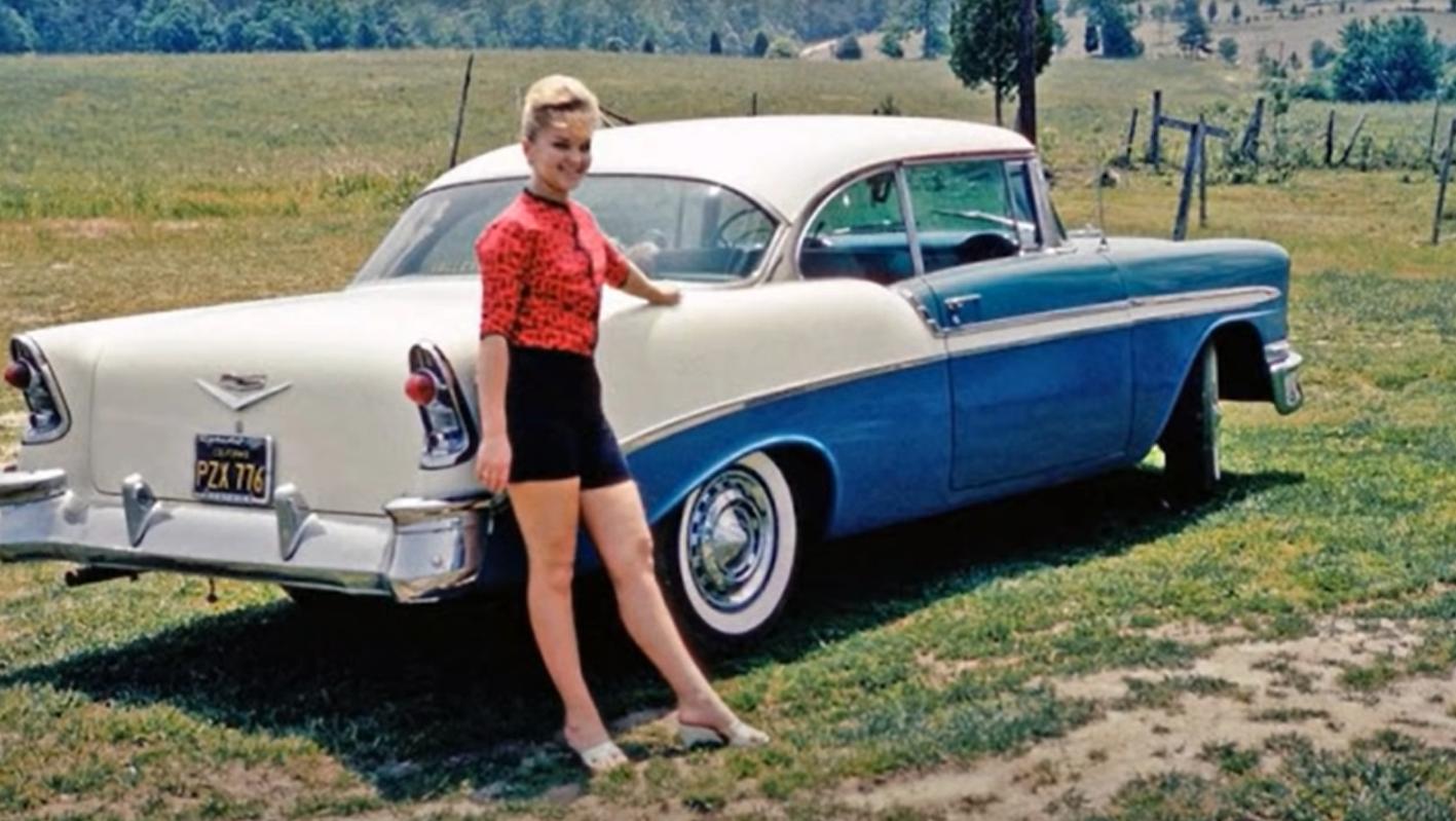 una colección de coches antiguos en instantáneas de los años 50 3