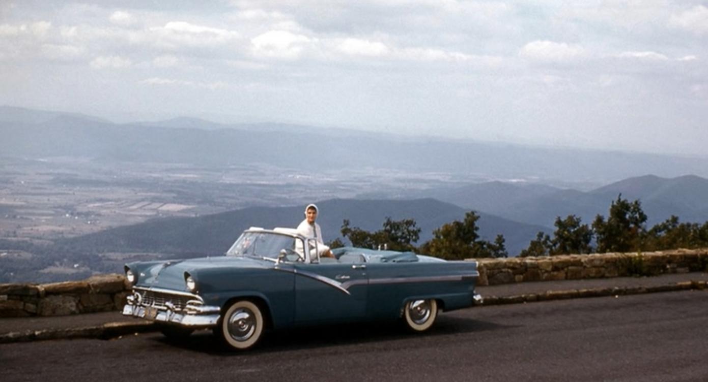 una colección de coches antiguos en instantáneas de los años 50 2