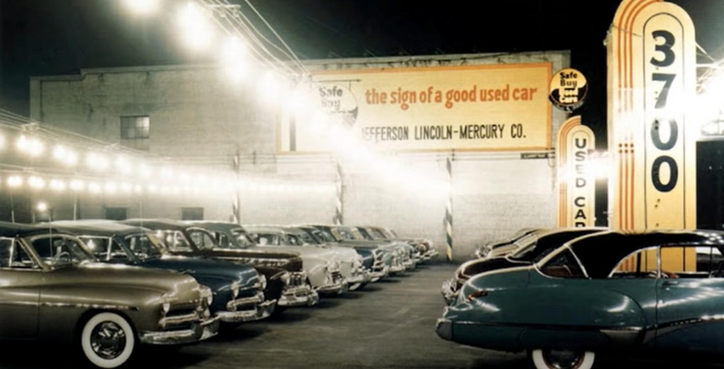 una colección de coches antiguos en instantáneas de los años 50 1