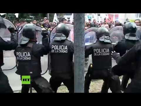 en buenos aires miles de manifes - en Buenos Aires Miles de manifestantes y policías antidisturbios se enfrentan