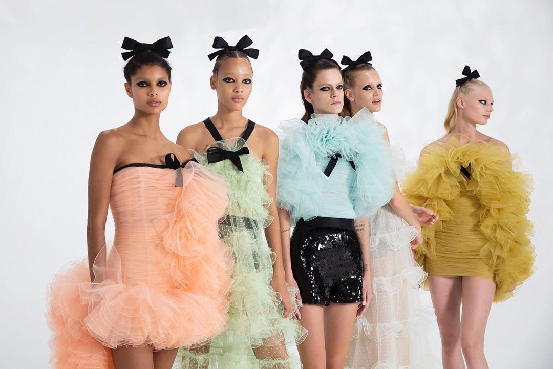 giambattista valli estilo 2020 - 2021:tules de colores pastel y transparencias para el día 2