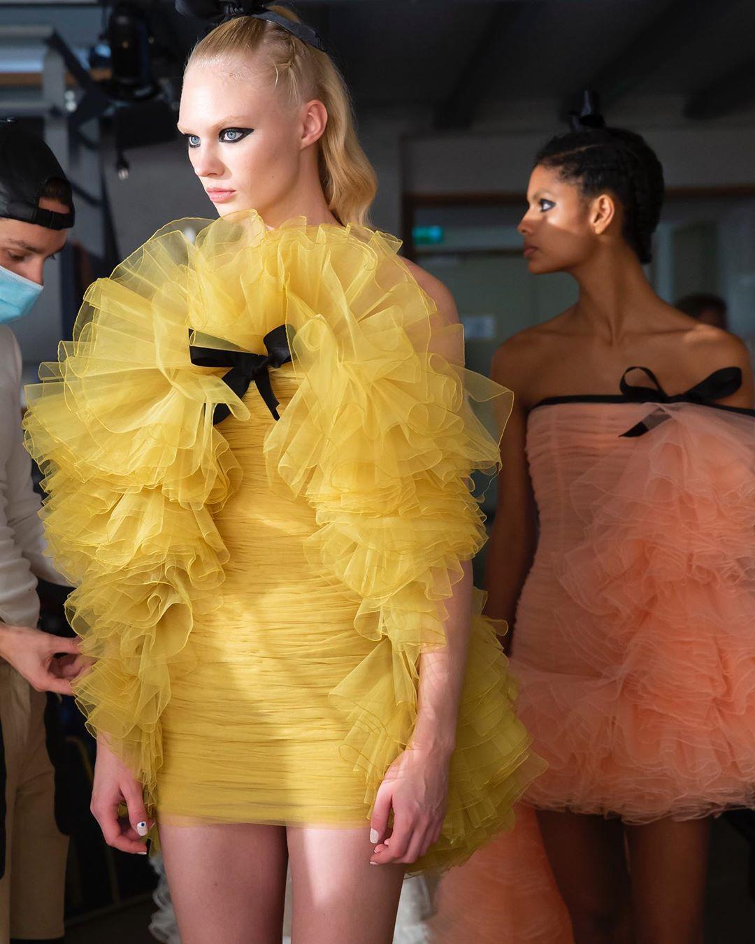 giambattista valli estilo 2020 - 2021:tules de colores pastel y transparencias para el día 3