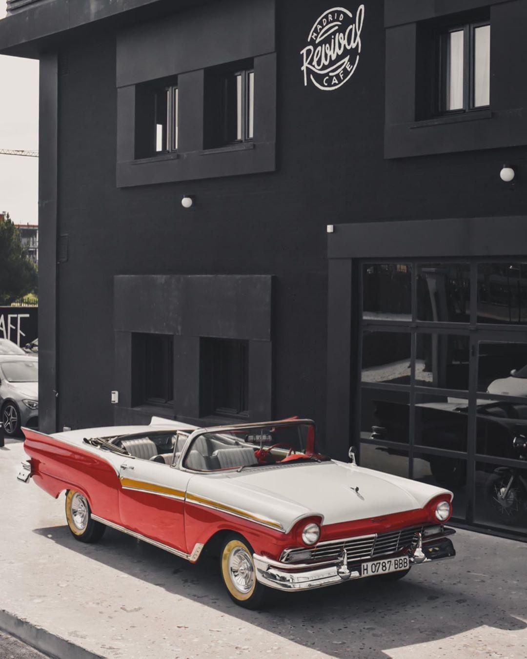 Revival Cafe - el motorbar vintage que agita Madrid. Un templo al motor. 2
