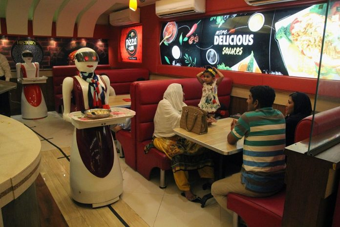 robot mesera 696x464 - Las primeras robots camareras