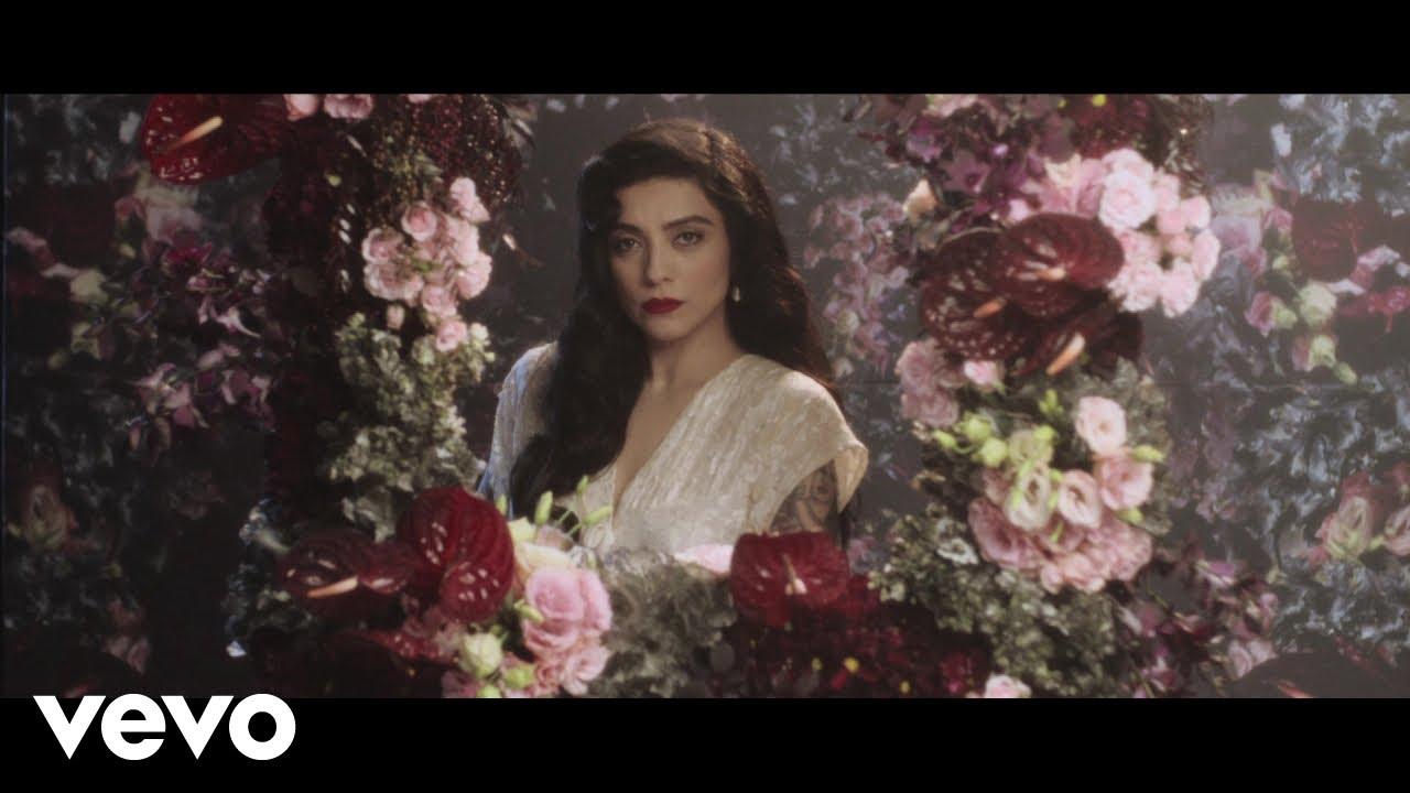 """ver mon laferte funeral en youtu - Ver """"Mon Laferte - Funeral"""" en YouTube"""