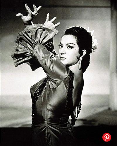 word image 4 - 5 bailaoras españolas de flamenco y sus tocados florales icónicos